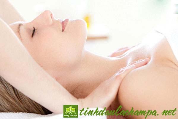 massage nâng nở ngực bằng tinh dầu
