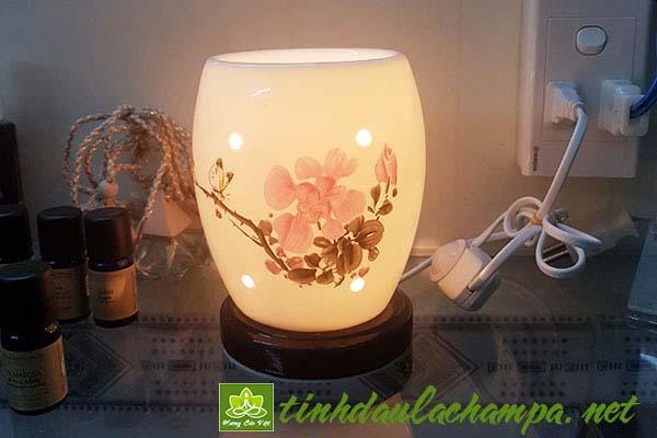 So sánh đèn xông tinh dầu bằng điện và bằng nến